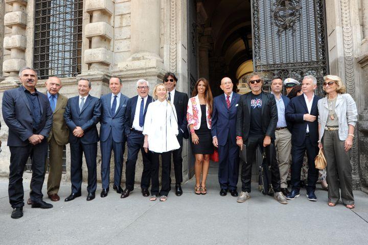 Ici Beppe Modenese (le deuxième en partant de la gauche) avec de nombreux membres de la Chambre de la mode italienne, parmi lesquels les créateurs Ermenegildo Zegna, Lavinia Biagiotti, Massimo Ferretti et Giovanna Gentile Ferragamo en 2013 à Milan. (PIER MARCO TACCA / GETTY IMAGES EUROPE)