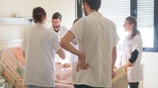 Des soignants dans un service qui traite les cancers du foie, dans l'hôpital L'Archet de Nice (Alpes-Maritimes), le 12 janvier 2018. (A. NOOR / BSIP  / AFP)