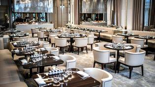 Salle de restaurant de l'hôtel Lutetia à Paris. (STEPHANE DE SAKUTIN / AFP)