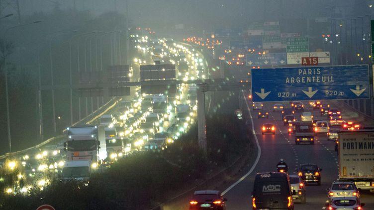Des embouteillages sur l'A15 à Pontoise en décembre 2019. (BRUNO LEVESQUE / MAXPPP)
