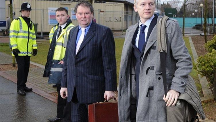 Le fondateur de Wikileaks, Julian Assange et son avocat Mark Stephens arrivent au tribunal londonien de Belmarsh (AFP PHOTO/CARL COURT)