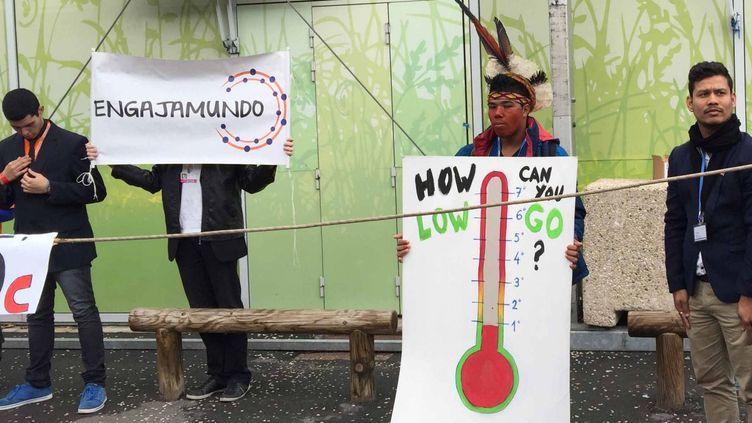 Manifestation de la société civile pour l'objectif 1,5°C sur le site du Bourget, où se déroule la conférence climat, vendredi 4 décembre 2015. (Géopolis/FG)