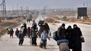 Des familles syriennes fuient les combats à Alep (Syrie), le 29 novembre 2016. (GEORGE OURFALIAN / AFP)