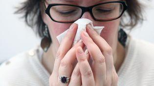 Au delà de la vaccination, chacun doit adopter des gestes en hiver tels que se laver fréquemment les mains, utiliser des mouchoirs à usage unique et porter un masque jetable lorsqu'on a la grippe. (VINCENT VOEGTLIN / MAXPPP)