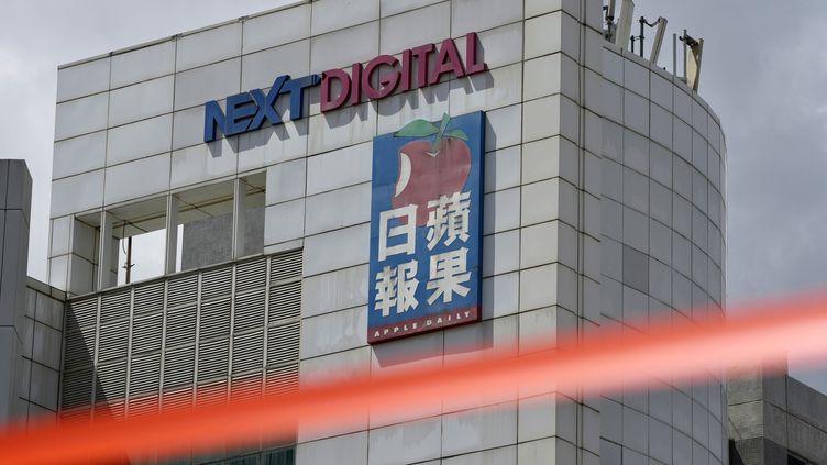 """Un cordon de police a été disposé devant les bureaux du journal """"Apple Daily"""", le 17 juin 2021. (KIN CHEUNG / AP)"""