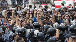 Des partisans du Hezbollah et la police, dans le centre de Beyrouth (Liban), le 25 octobre 2019. (ANWAR AMRO / AFP)