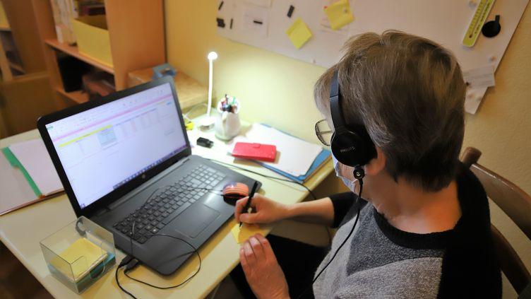 Une personne en télétravail à Amiens (Somme). Photo d'illustration. (DOMINIQUE TOUCHART / MAXPPP)