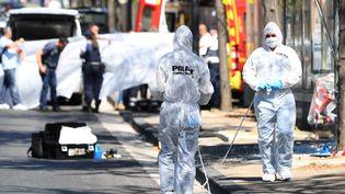 Des enquêteurs de la police scienfitiquesinspectent un Abribuspercuté par un véhicule, lundi 21 août 2017, à Marseille (Bouches-du-Rhône). (BORIS HORVAT / AFP)