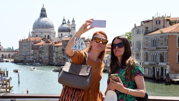 Des touristes à Venise, le 3 juin 2021. (ANDREA PATTARO / AFP)
