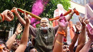 Des partisans du BJP, devant le siège du parti, le 23 mai 2019 à Bangalore (Inde). (MANJUNATH KIRAN / AFP)