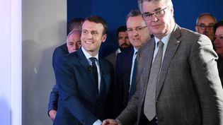 Emmanuel Macron (à gauche) serre la main de Jean-Paul Delevoye,président de la commission d'investitures de la République en marche, le 28 mars 2017 à Paris. (ERIC FEFERBERG / AFP)