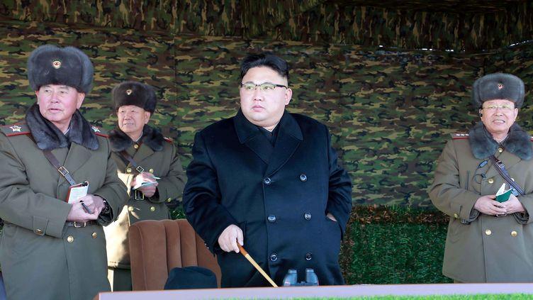 Une photo non datée de l'agence KCNA montre le dirigeant nord-coréen Kim Jong-un assistant à un entraîneemnt militaire à Pyongyang. (KCNA / REUTERS)