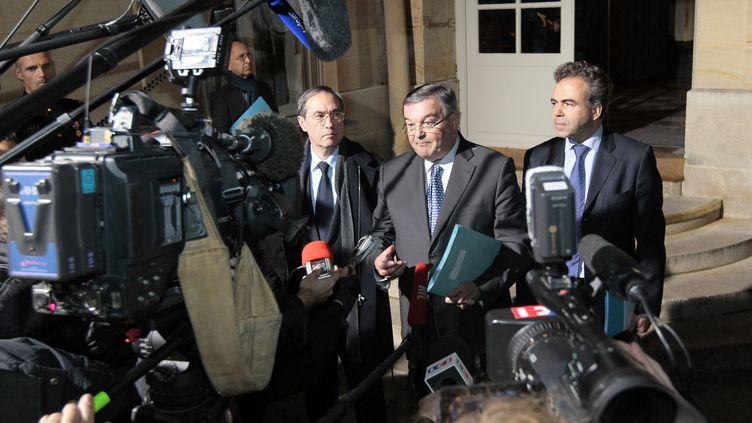 Claude Guéant (à gauche), Michel Mercier (au centre) et Luc Chatel (à droite) annoncent les mesures prises par le gouvernement en réaction au meurtre d'Agnès, le 21 novembre 2011 à Paris. (JACQUES DEMARTHON / AFP)