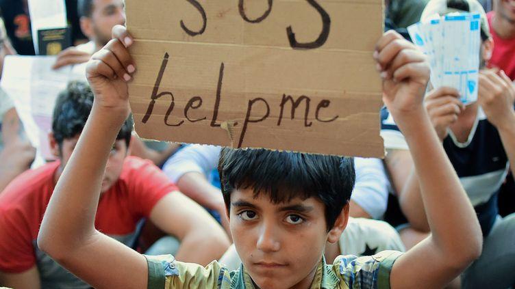 Un jeune migrant demande de l'aide le 2 septembre 2015 à Budapest en Hongrie. (ATTILA KISBENEDEK / AFP)