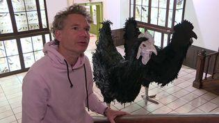 Abraham Poincheval et son duo de poules créé pour le musée Gassendi de Digne-les-Bains (Alpes de Haute Provence) (France 3 PACA)
