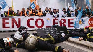 Des pompiers manifestent à Paris, le 15 octobre 2019. (MARIE MAGNIN / HANS LUCAS / AFP)