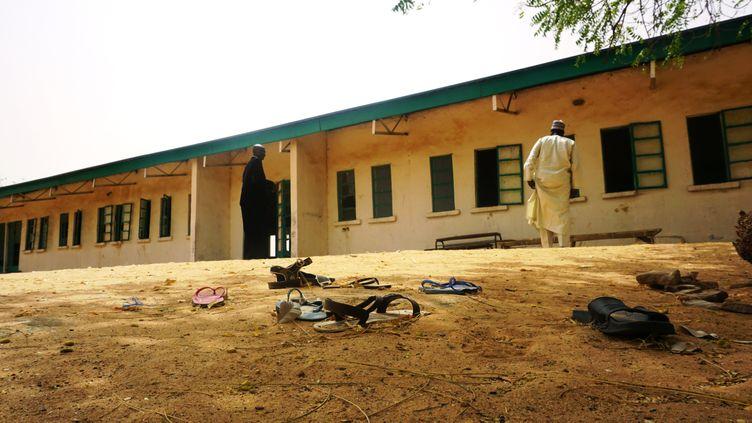 Des sandales abandonnées, le 22 février 2018, devant l'école de fillesàDapchi (Nigeria). (AMINU ABUBAKAR / AFP)
