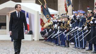 Emmanuel Macron arrive à la cérémonie d'hommage national au colonel Arnaud Beltrame aux Invalides, à Paris, le 28 mars 2018. (LUDOVIC MARIN / POOL)