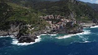 Direction les Cinque Terre (Italie) cette semaine dans le Feuilleton de France 2. Ces cinq villages de pêcheurs attirent des touristes du monde entier et sont bien plus qu'un paysage de carte postale. (CAPTURE ECRAN FRANCE 2)