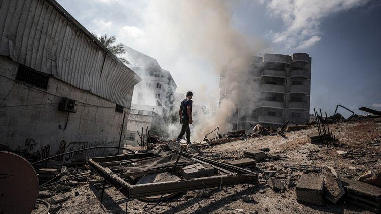 Un homme dans les décombres à Gaza, le 15 mai 2021. (ALI JADALLAH / ANADOLU AGENCY / AFP)