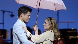 """Vincent Niclo (Guy) et Marie Oppert (Geneviève) dans """"Les Parapluies de Cherbourg"""" au Théâtre du Châtelet.  (Eric Feferberg / AFP)"""
