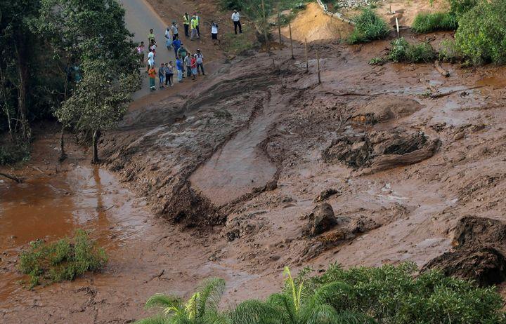 Des habitants près d'un endroit enseveli sous une coulée de boue, à la suite de la rupture d'un barrage minier àBrumadinho (Brésil), le 25 janvier 2019. (WASHINGTON ALVES / REUTERS)