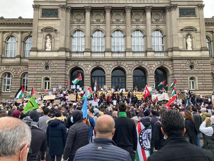 Des manifestants lors d'un rassemblement en soutien à la Palestine, à Strasbourg (Bas-Rhin), le 15 mai 2021. (THIERRY BOUVARD / FRANCE TELEVISIONS)