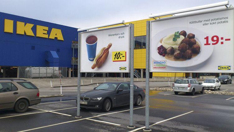 Une publicité pour des boulettes de viande est photographiée sur le parking du magasin Ikea de Malmö (Suède), le 25 février 2013. (JOHANNES CLERIS / SCANPIX SWEDEN / AFP)