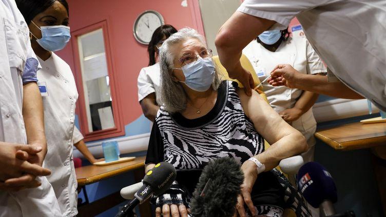 Mauricette M., 78 ans, première personne vaccinée contre le Covid-19 en France, le 27 décembre 2020 à l'hôpital René-Muret de Sevran (Seine-Saint-Denis). (THOMAS SAMSON / AFP)
