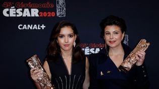 L'actrice franco-algérienneLyna Khoudriet la réalisatrice Mounia Meddour posent avec leurs César à l'issue de la 45e édition de la cérémonie de la remise des prix à la Salle Pleyel le 28 février 2020 à Paris.  (THOMAS SAMSON / AFP)