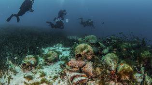 Des plongeurs explorant les ruines d'une ancienne épave sur l'île égéenne d'Alonissos, en Grèce. (Y. ISSARIS / EUA / AFP / SOURCE / BYLINE)
