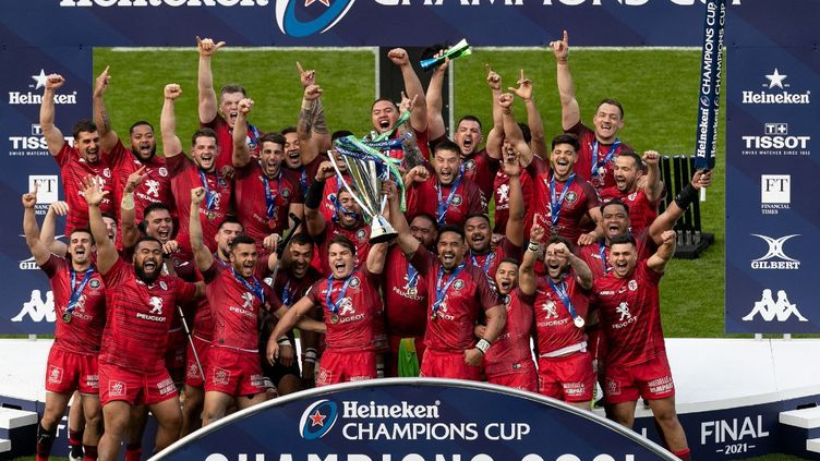 Les joueurs du Stade Toulousainsur le podium de la Champions Cup après leur victoire en finale contre La Rochelle à Twickenham, samedi 22 mai 2021. (MI NEWS / NURPHOTO / AFP)
