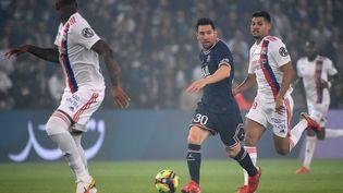 Lionel Messi fait ses premiers pas avec le PSG au Parc des Princes contre Lyon dimanche 19 septembre 2021. (FRANCK FIFE / AFP)