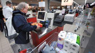 Un client d'un supermarché à Rennes (Ille-et-Vilaine), le 5 septembre 2008. (Photo d'illustration) (MARCEL MOCHET / AFP)