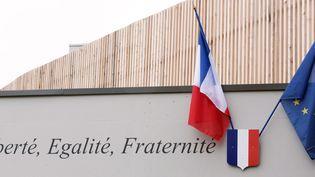 Les drapeaux français et européens sur le fronton de l'école Saint-Exupéry, à Hellemmes, près de Lille, dans le Nord. (DENIS CHARLET / AFP)