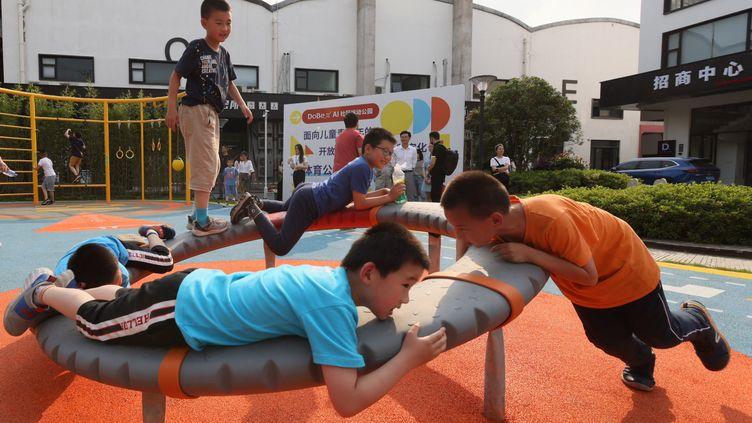 Des enfants jouent dans un parc, àShanghai, en Chine, le 30 mai 2021. (WANG XIANG / XINHUA / AFP)