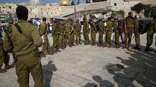 Des soldats israéliens près de l'esplanade des Mosquées à Jérusalem-est, le 30 octobre 2014. (GALI TIBBON / AFP)