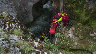 Des pompiers de l'unité Secours en Milieux Périlleux et Montagne s'entraînent dans les cascades deCerveyrieu. (France 3 Lyon)