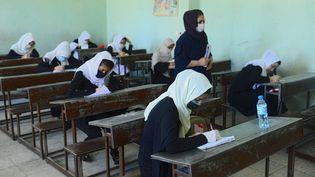 Des étudiantes afghanes à Herat, le 22 août 2020. (HOSHANG HASHIMI / AFP)