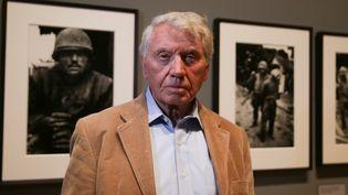Le photographe britannique Don McCullin pose devant ses photographies, lors d'une rétrospective sur son oeuvre au Tate Britain de Londres.  (Daniel LEAL-OLIVAS / AFP)