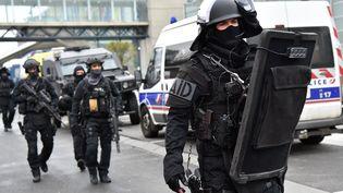 Des hommes du Raid à l'aéroport d'Orly (Val-de-Marne), le 18 mars 2017. (MUSTAFA YALCIN / ANADOLU AGENCY / AFP)