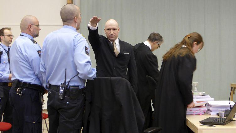 Le tueur Anders Behring Breivik effectue un salut nazi en entrant dans le prétoire, le 15 mars 2016, à Skien (Norvège). (GWLADYS FOUCHE / REUTERS)