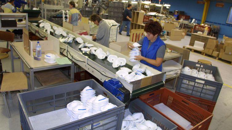 A Plaintel, dans les Côtes d'Armor, des millions de masques étaient fabriqués chaque année jusqu'à la fermeture du site en 2018.Photo d'archive prise en 2001. (MAXPPP)