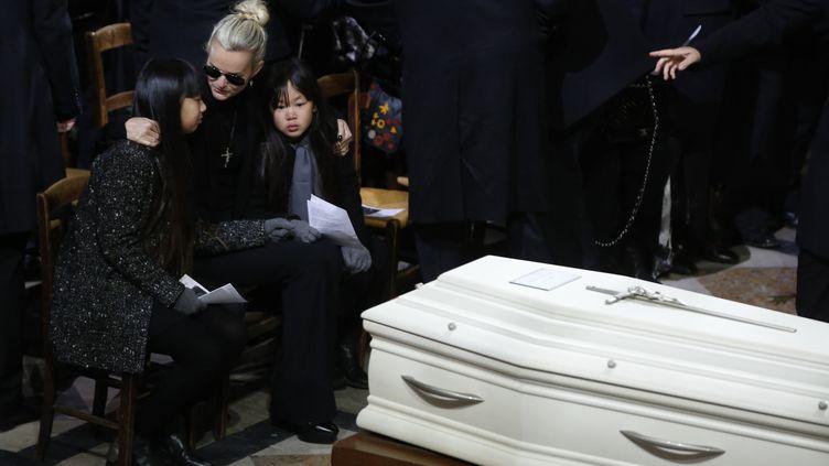 Laeticia Hallyday et ses filles Jade et Joy pendant la cérémonie religieuse en hommage à Johnny Hallyday, le 9 décembre 2017 à Paris. (THIBAULT CAMUS / AFO)