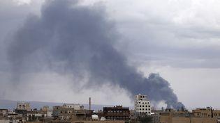 Une fumée s'échappe de l'aéroport de Sanaa (Yemen) après un nouveau bombardement, le 4 mai 2015. (KHALED ABDULLAH ALI AL MAHDI  / REUTERS)