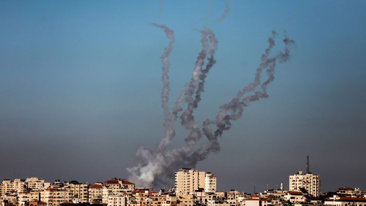 Des roquettes, tirées vers Israël par le mouvement islamiste palestinien du Hamas, s'envolent depuis la ville de Gaza, le 13 mai 2021. (MAJDI FATHI / NURPHOTO / AFP)
