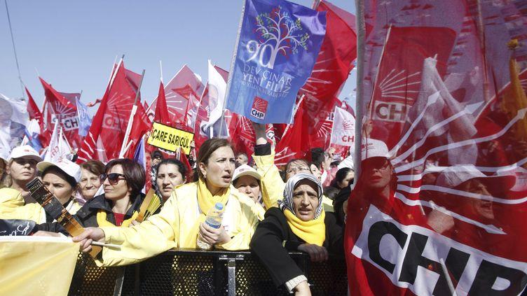Un meeting de l'opposition turque, le Parti républicain du peuple (CHP)àIstanbul, le 29 mars2014. (OSMAN ORSAL / REUTERS)
