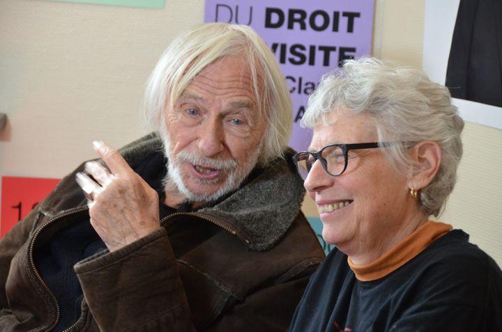 Pierre Richard auprès de Claude Mangin en grève de la faim, à la mairie Ivry, le 1er mai 2018. (LUCILE MÉTOUT / MAXPPP)