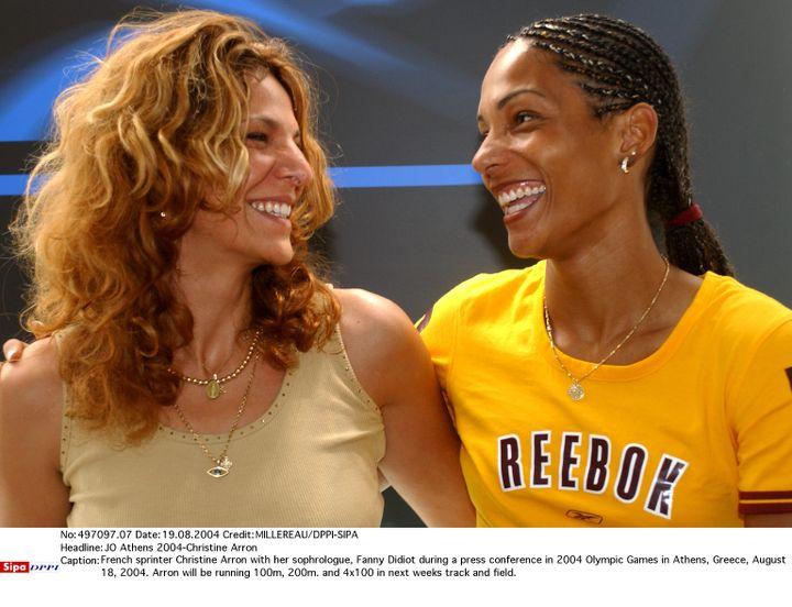 Fanny Didiot-Abadi et son athlète, Christine Arron, lors d'une conférence de presse précédant les Jeux olympiques d'Athènes, le 18 août 2004. (MILLEREAU/DPPI-SIPA / SIPA)