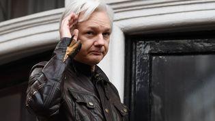 Le fondateur de Wikileaks, Julian Assange, au balcon de l'ambassade d'Equateur, à Londres, le 19 mai 2017. (JUSTIN TALLIS / AFP)